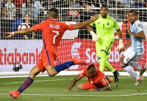 Chile's Alexis Sanchez (L) tries to score against Argentina before stumbling with the ball during their Copa America Centenario football tournament match in Santa Clara, California, United States, on June 6, 2016.  / AFP PHOTO / JOSH EDELSON