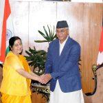 भारतीय दूतावास पुगेका देउवा र प्रचण्डको इमान्दारिताको प्रशंसा गरीन सुष्माले