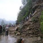 ताप्लेजुङका कच्ची सडकमा यातायात ठप्प,अविरल बर्षाका कारण ठाँउ ठाउँमा पहिरो