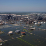 अमेरिकाको तेल प्रशोधन केन्द्रमा बाढी पस्दा इन्धन संकट हुन सक्ने